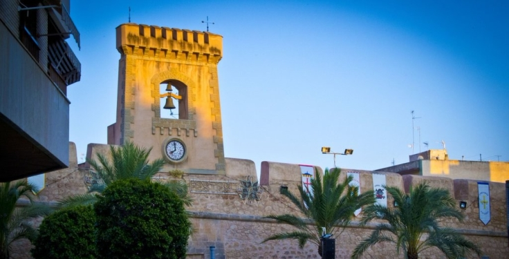 castillo_fortaleza_de_santa_pola_en_fiestas_by_kilicao-d6o05vi-e1524416480272.jpg